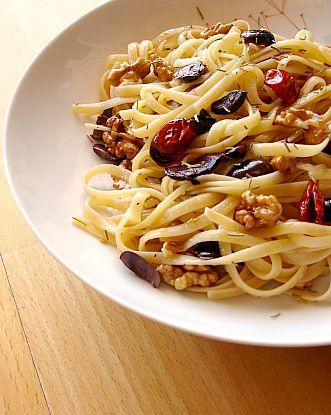pasta-com-tomate-azeitona-e-nozes